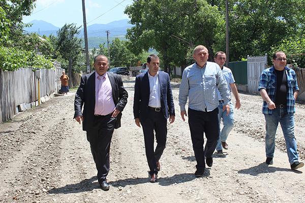Asphalt work continues in Khashuri