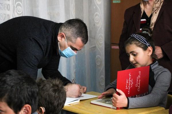 """კამპანიის """"აჩუქე წიგნი"""" ფარგლებში მამუკა საღარეიშვილმა კოდას სკოლის მოსწავლეებს საჩუქრად წიგნები გადასცა"""
