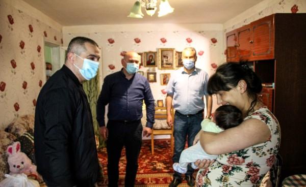 მამუკა საღარეიშვილმა კასპში მცხოვრები სოციალრად დაუცველი მრავალშვილიანი ოჯახები მოინახულა